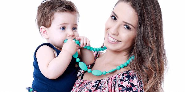 Conheça o colar mordedor: acessório para a mãe, brinquedo para o bebê